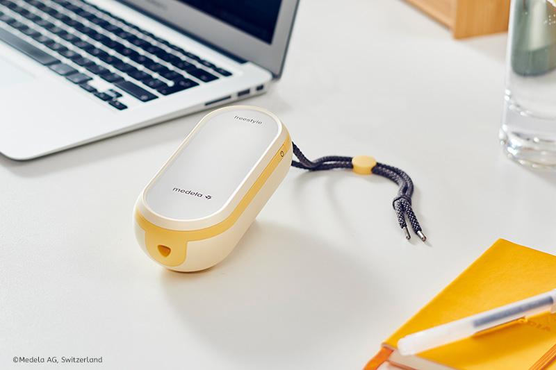 Die Freestyle Flex kannst du überall mit hinnehmen. Du bist auf keine Stromquelle angewiesen, da die Doppelmilchpumpe über einen eingebauten Akku verfügt.