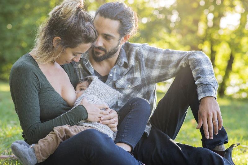 Den Vater in den Stillvorgang einzubeziehen kann ein sehr intimer Moment sein, der die Beziehung stärkt.