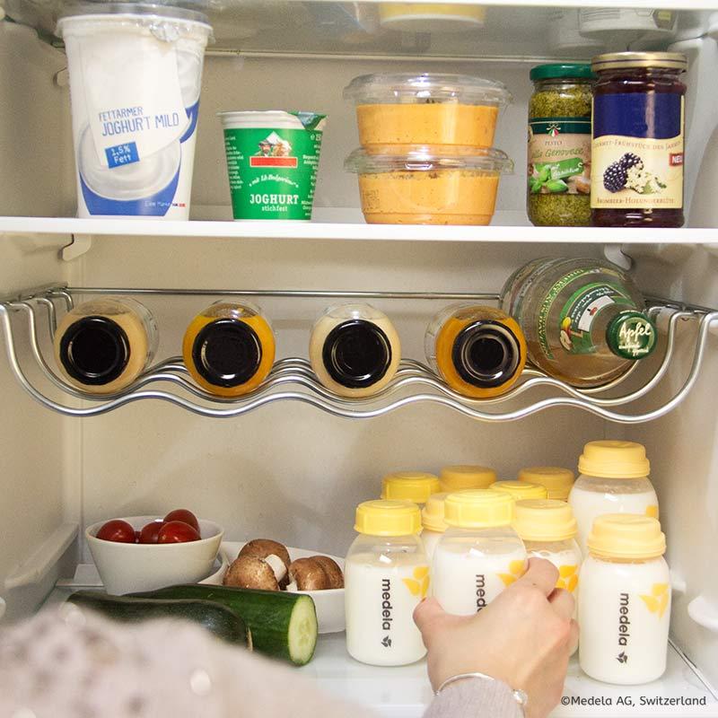 Bewahre deine abgepumpte Muttermilch in sauberen Muttermilchflaschen aus BPA-freien Materialien auf. Stelle sie in den kältesten Teil deines Kühlschranks.