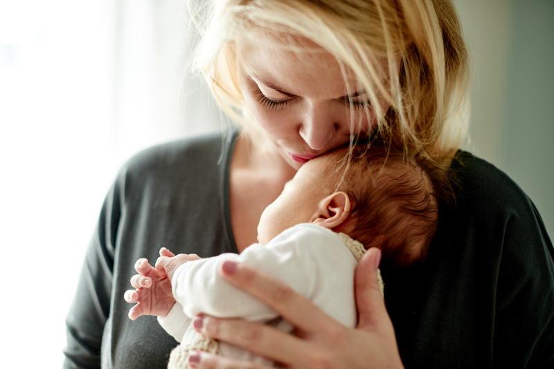 Julia hatte nach ihrem Kaiserschnitt Stillprobleme. Mit dem doppelseitigen Abpumpen kann ihre kleine Michaela zum Glück trotzdem ihre wertvolle Muttermilch trinken.