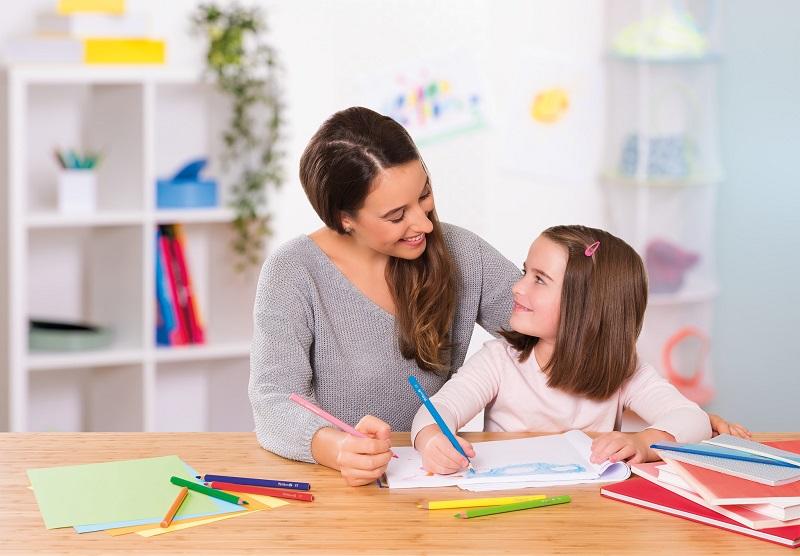 Gemeinsames Malen macht Spaß und fördert die Kreativität deines Kindes. Bild: Pelikan