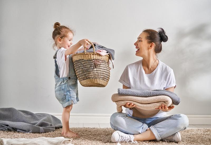 Wenn die Eltern krank werden, kann eine Haushaltshilfe ein rettender Engel sein. Bild: Choreograph/iStock