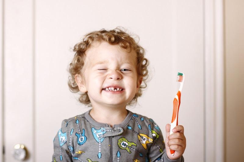 Regelmäßiges Zähneputzen ist wichtig. Eine Zahnversiegelung bietet Kindern einen zusätzlichen Schutz vor Karies. Bild: CaseyHillPhoto/GettyImages