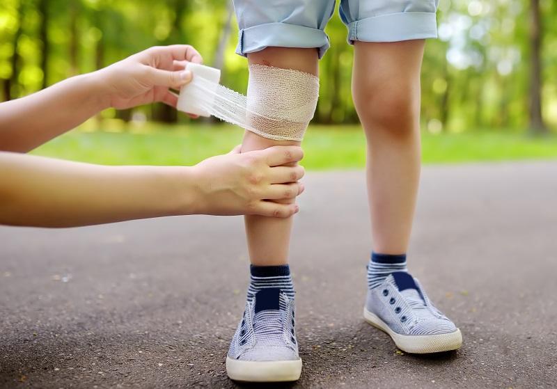 Manchmal bleiben beim Spielen Blessuren nicht aus. Pflaster und Verbandszeug sollten unterwegs immer mit dabei sein. Bild: SbytovaMN / iStock / Getty Images Plus