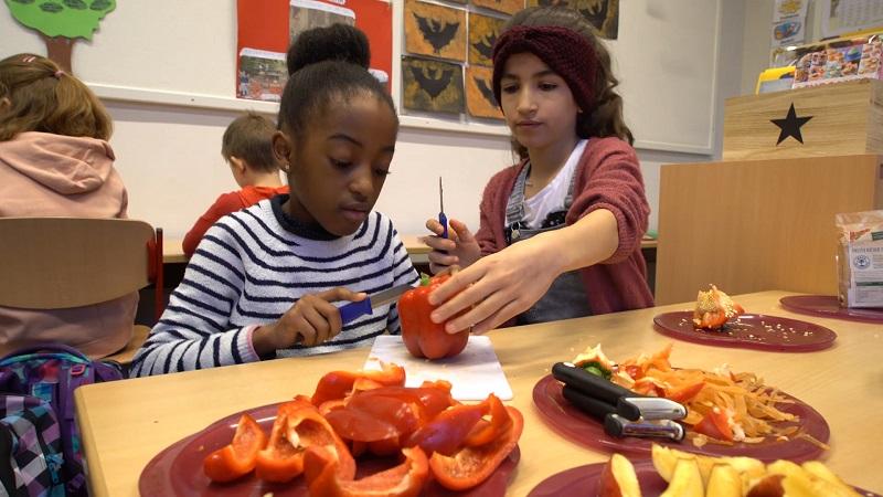 Die Kinder bekommen nicht nur eine ausgewogene und leckere Mahlzeit, sie lernen dazu den verantwortungsvollen Umgang mit Lebensmitteln. Bild: REWE