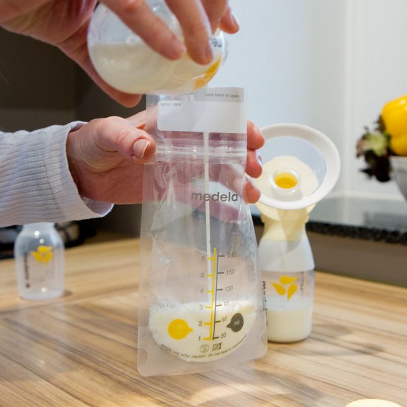 Hunderttausende bioaktive Inhaltsstoffe machen Muttermilch zu einem wahren Naturwunder. Abgepumpte Muttermilch kannst du in den praktischen Muttermilchbeuteln von Medela lagern. Bild: Medela