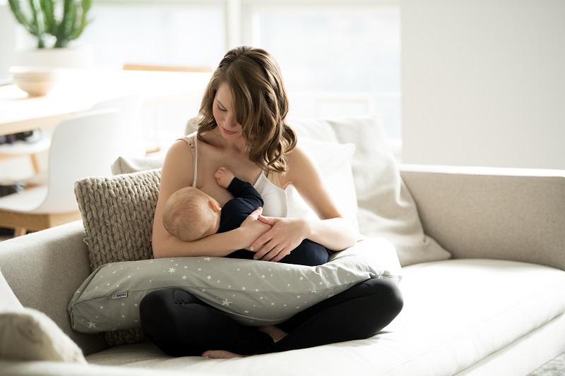 Stillen festigt die Bindung zwischen Mutter und Kind. Genießt den gemeinsamen Moment und macht es euch mit einem Stillkissen gemütlich. Bild: Medela