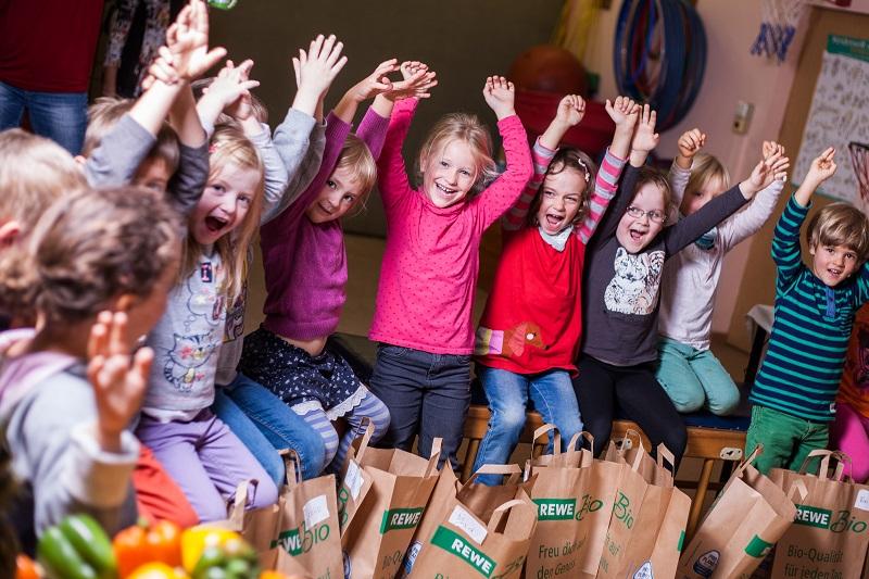 Die Kinder haben sichtlich Spaß an gesunder Ernährung! Bild: REWE