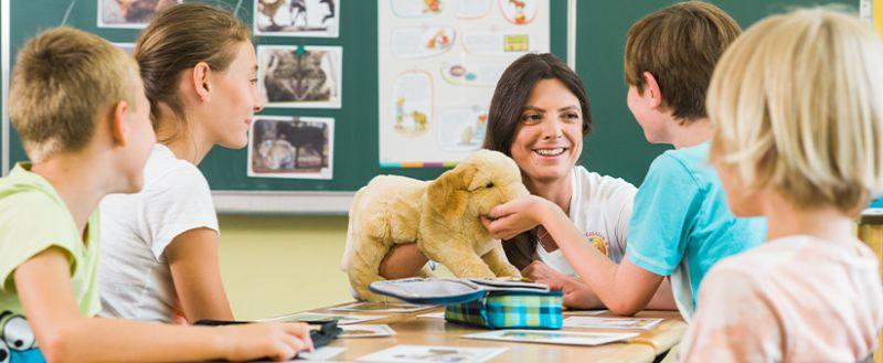 """Dr. Katja Lehmann ist Tierärztin und als Tierschutzlehrerin für die Initiative """"Liebe fürs Leben"""" in den Klassen 1 bis 4 deutscher Schulen unterwegs. Bild: Purina"""
