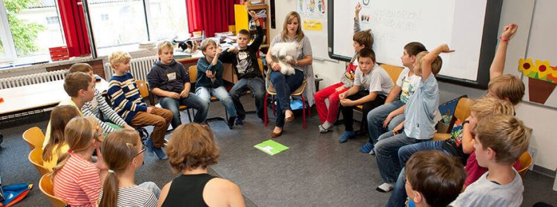 Darf man einem Hund Zucker geben? Warum schnurren Katzen so gern? Der Tierschutzunterricht lädt die Grundschüler zum aktiven Diskutieren ein. Bild: Purina