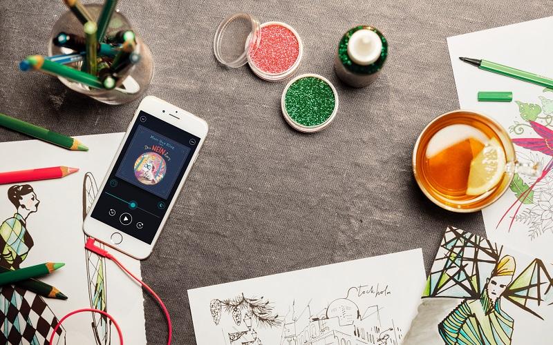 Gemeinsam zu malen und dabei ein Hörbuch zu hören, ist ein Spaß für Groß und Klein. Bild: BookBeat