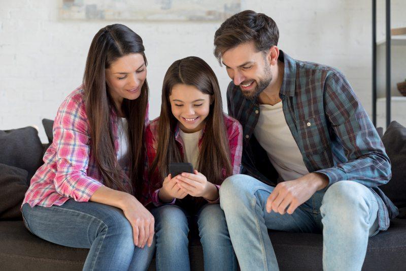 Entdeckt gemeinsam die Möglichkeiten des ersten eigenen Smartphones und stellt klare Regeln für die Benutzung auf. Bild: Gettyimages