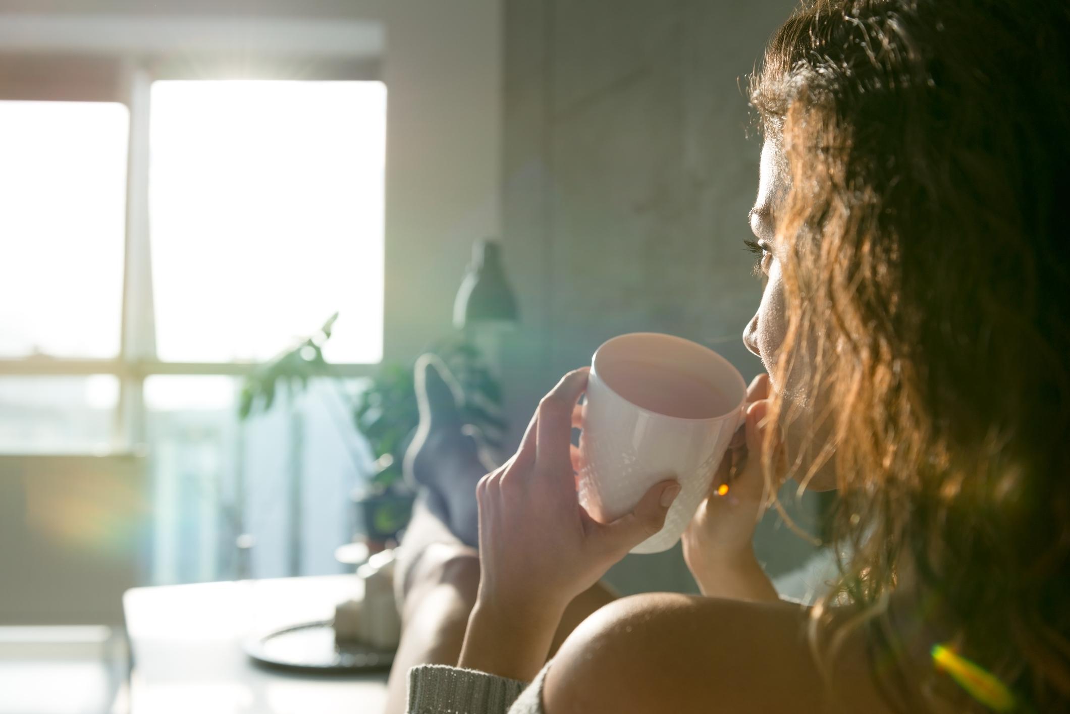 Direkt am frühen Morgen eine kleine Auszeit nehmen sorgt für einen klaren Kopf. Bild: Getty Images / StockRocket