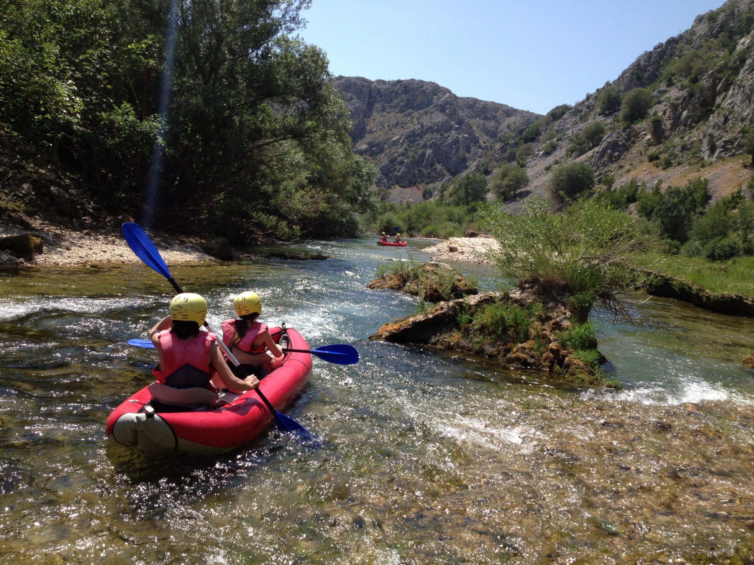 Beim Wildwasser-Rafting geht es durch das Gebirge.
